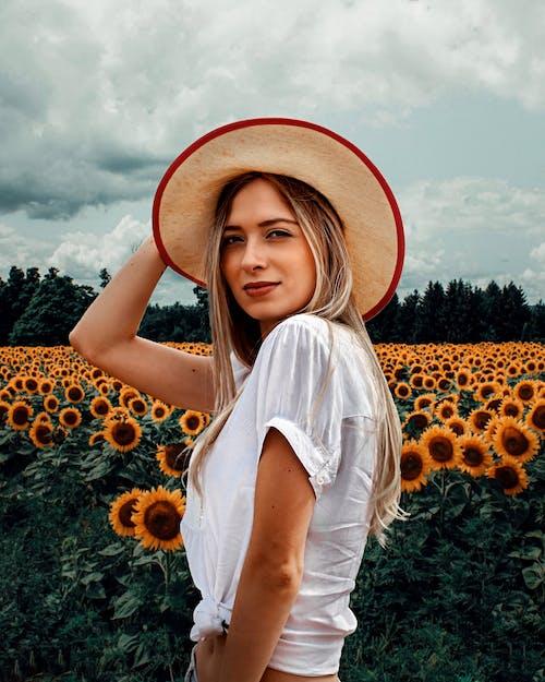 Darmowe zdjęcie z galerii z blond, kapelusz słoneczny, kobieta, lato