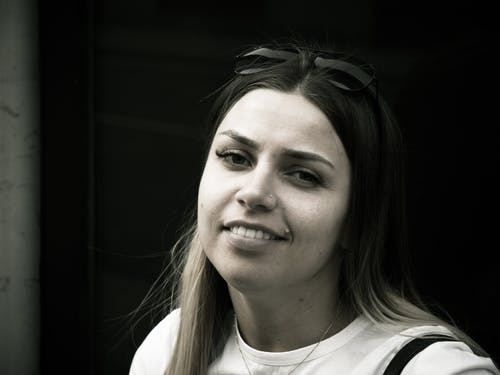 Základová fotografie zdarma na téma černobílá, dívka s úsměvem, pěkná holka