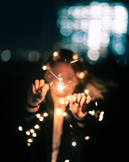Бесплатное стоковое фото с бенгальские огни, выборочный фокус, держать, женщина