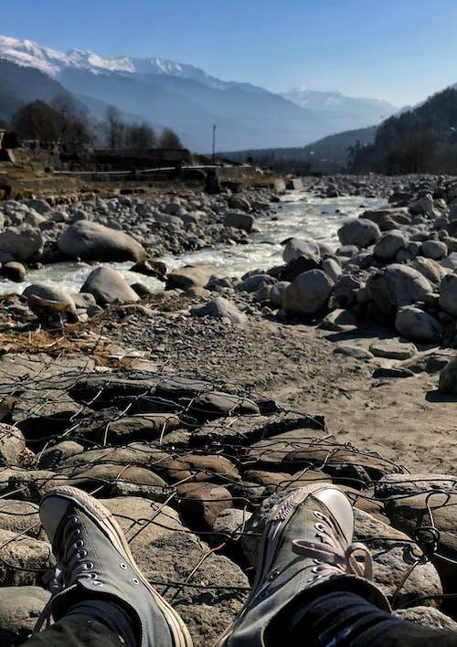 Foto d'estoc gratuïta de #mobilechallenge, alpinista, banc del riu, converse
