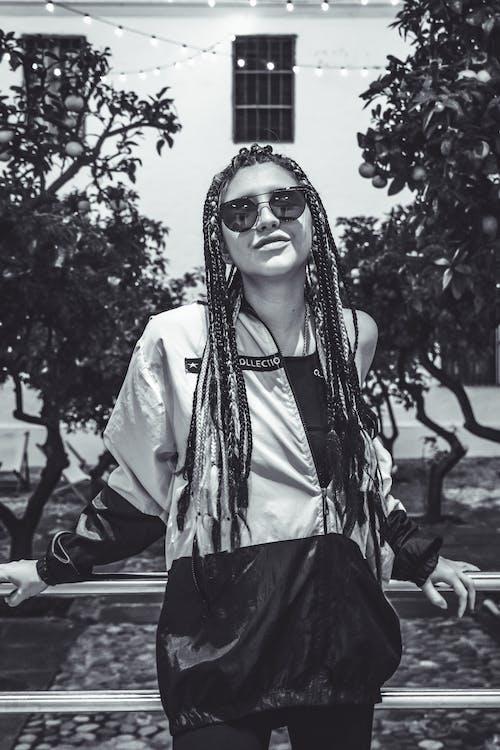 Immagine gratuita di abbigliamento casual, bianco e nero, carino, donna