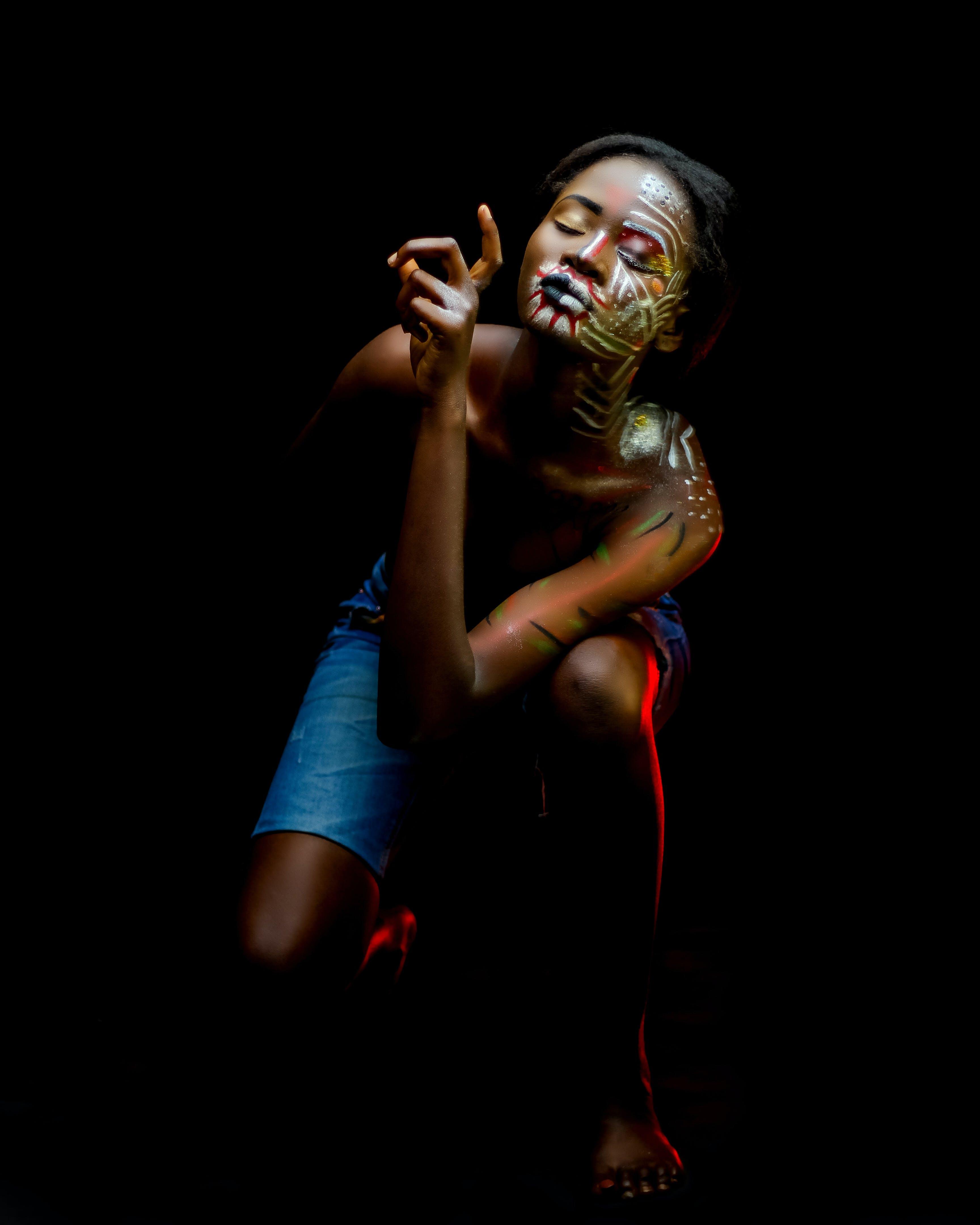 Kostenloses Stock Foto zu afroamerikaner-frau, drinnen, dunkel, farbige frau
