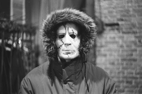 Imagine de stoc gratuită din alb-negru, fotografie monocromă, în picioare, mascat