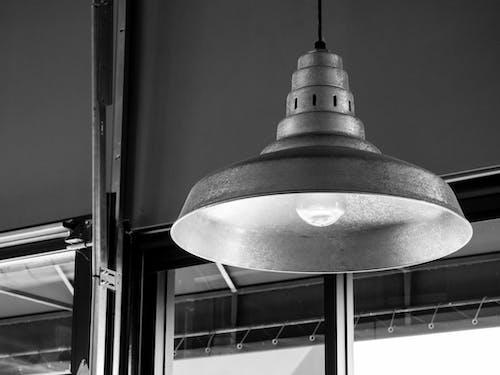 투명 유리 창 근처 회색 천장 램프