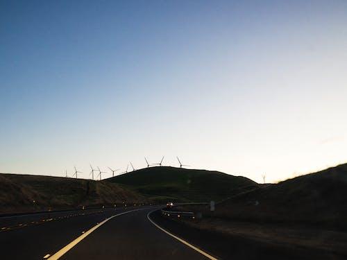 Immagine gratuita di alba, autostrada, azzurro, mulino a vento