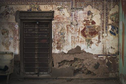 Hintli, kapı, tahta kapı içeren Ücretsiz stok fotoğraf