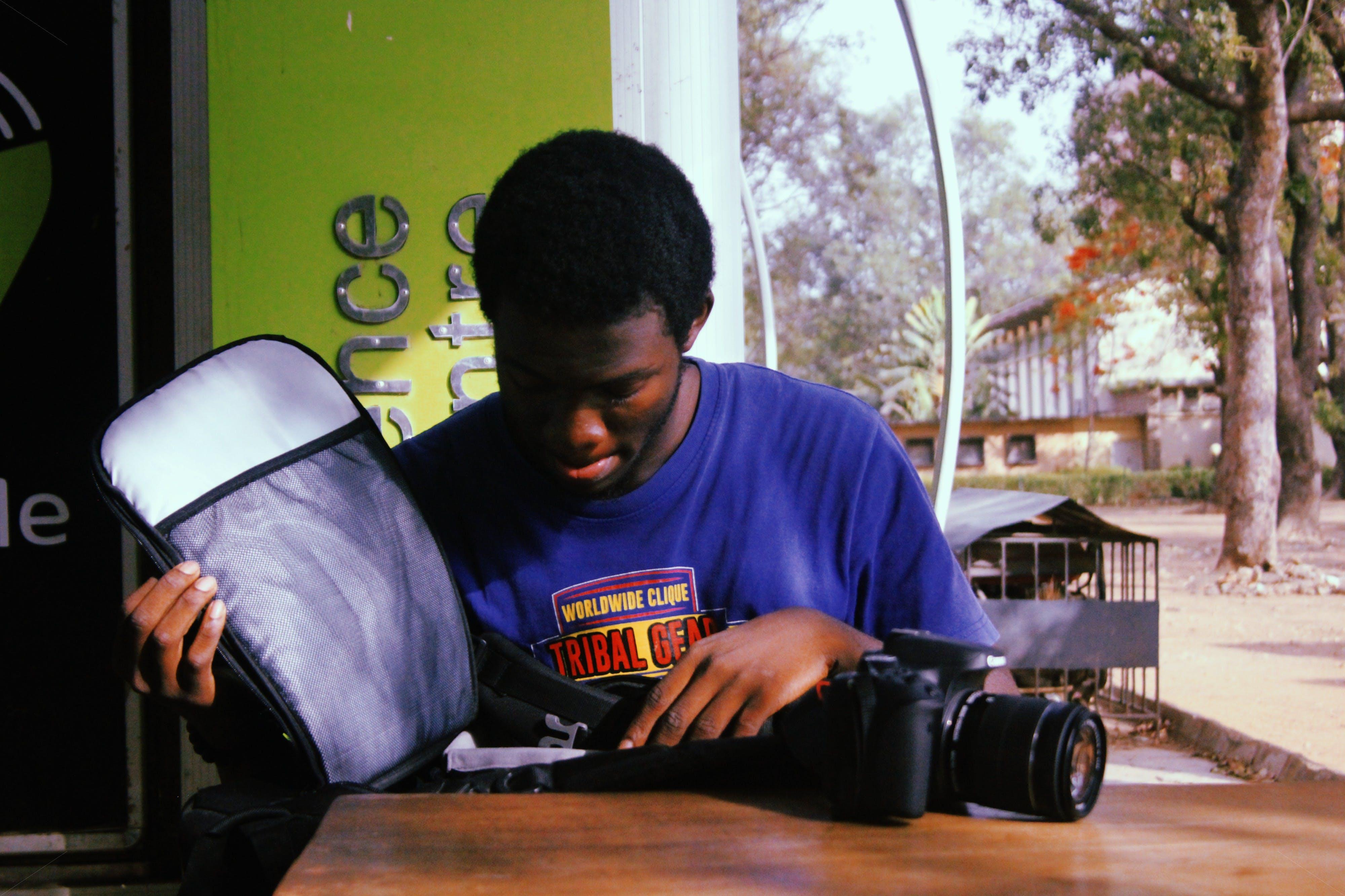 Gratis stockfoto met Afrikaans, Afro-Amerikaanse vrouw, apparaat, binnenshuis