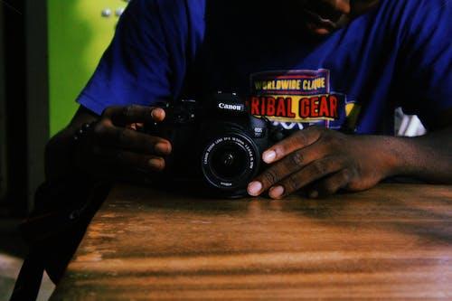 Fotos de stock gratuitas de adentro, afroamericano, cámara, Canon
