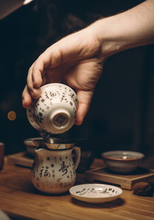 Weiße Keramik Untertasse Auf Braunem Holztisch