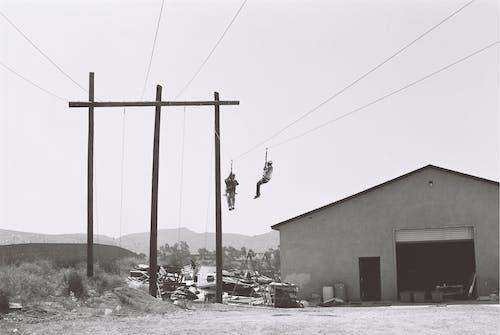 Dos Personas Que Trabajan En Cables Eléctricos Cerca Del Edificio