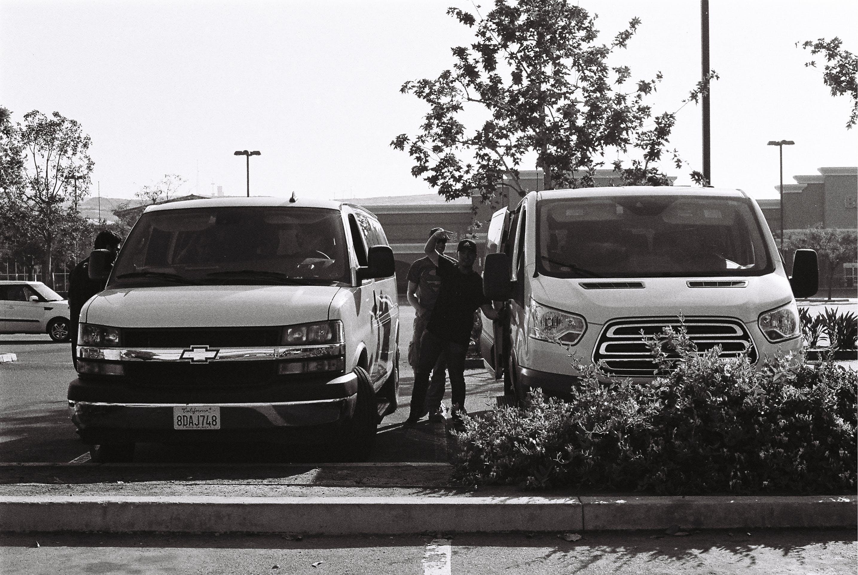 Gratis lagerfoto af varevogne parkeret