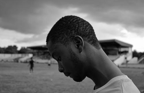 Základová fotografie zdarma na téma afričan, černobílá, černý kluk, chloupky na obličeji