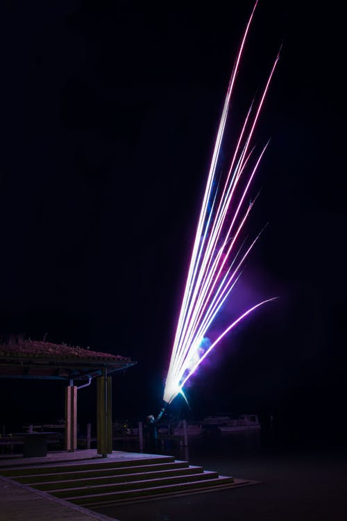 Foto d'estoc gratuïta de aigua, clareja, focs artificials, fosc