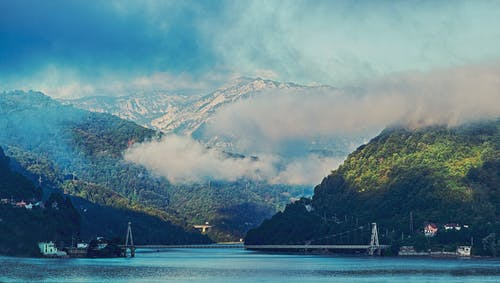 Безкоштовне стокове фото на тему «берег моря, вода, гора, гори»
