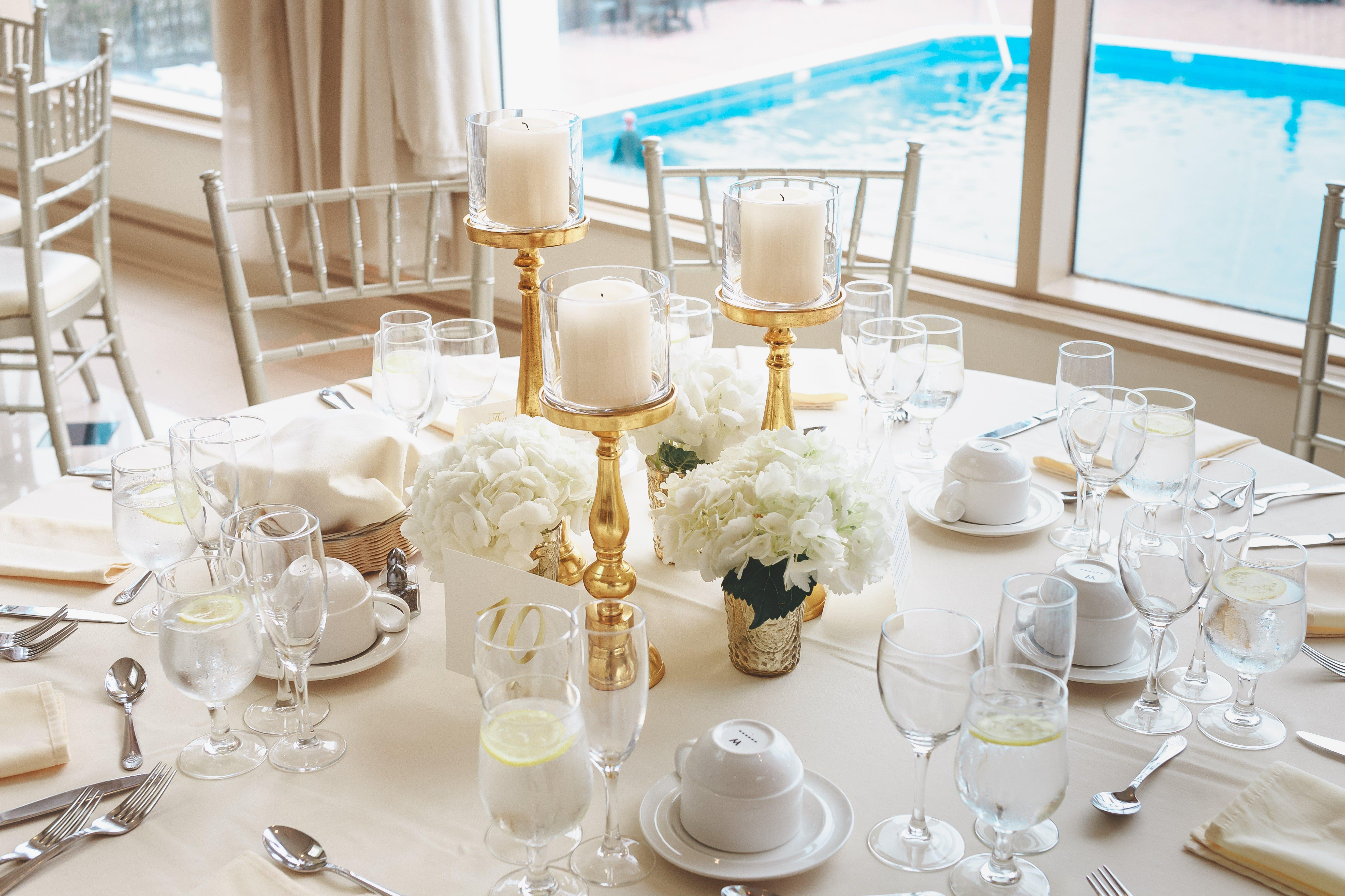 altın, ayrımlar, Beyaz güller, bıçak içeren Ücretsiz stok fotoğraf