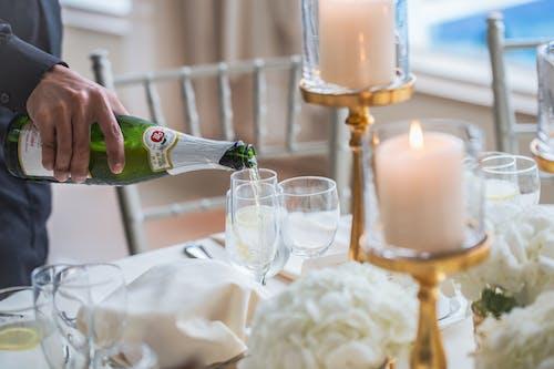 Gratis arkivbilde med alkoholholdig drikkevare, champagne, champagneglass, hånd
