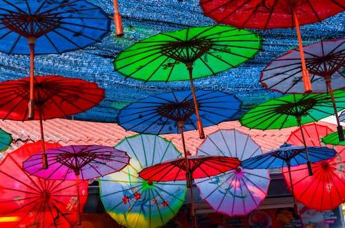 Foto profissional grátis de colorido, estrutura, guarda-chuva
