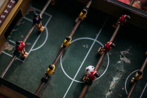 Foto stok gratis atlet sepakbola, bersaing, bola, dalam ruangan
