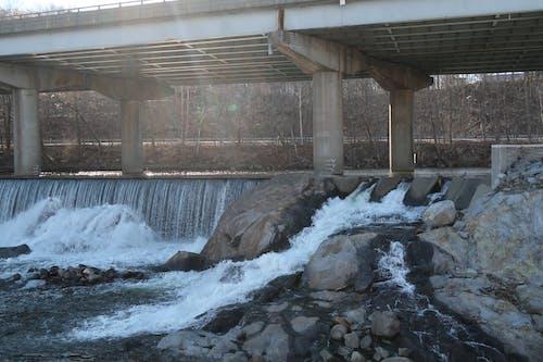 다리, 물을 튀기다, 바위의 무료 스톡 사진