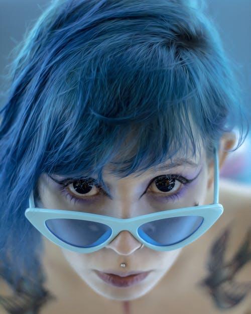 Gratis lagerfoto af ansigt, attraktiv, blåt hår, briller