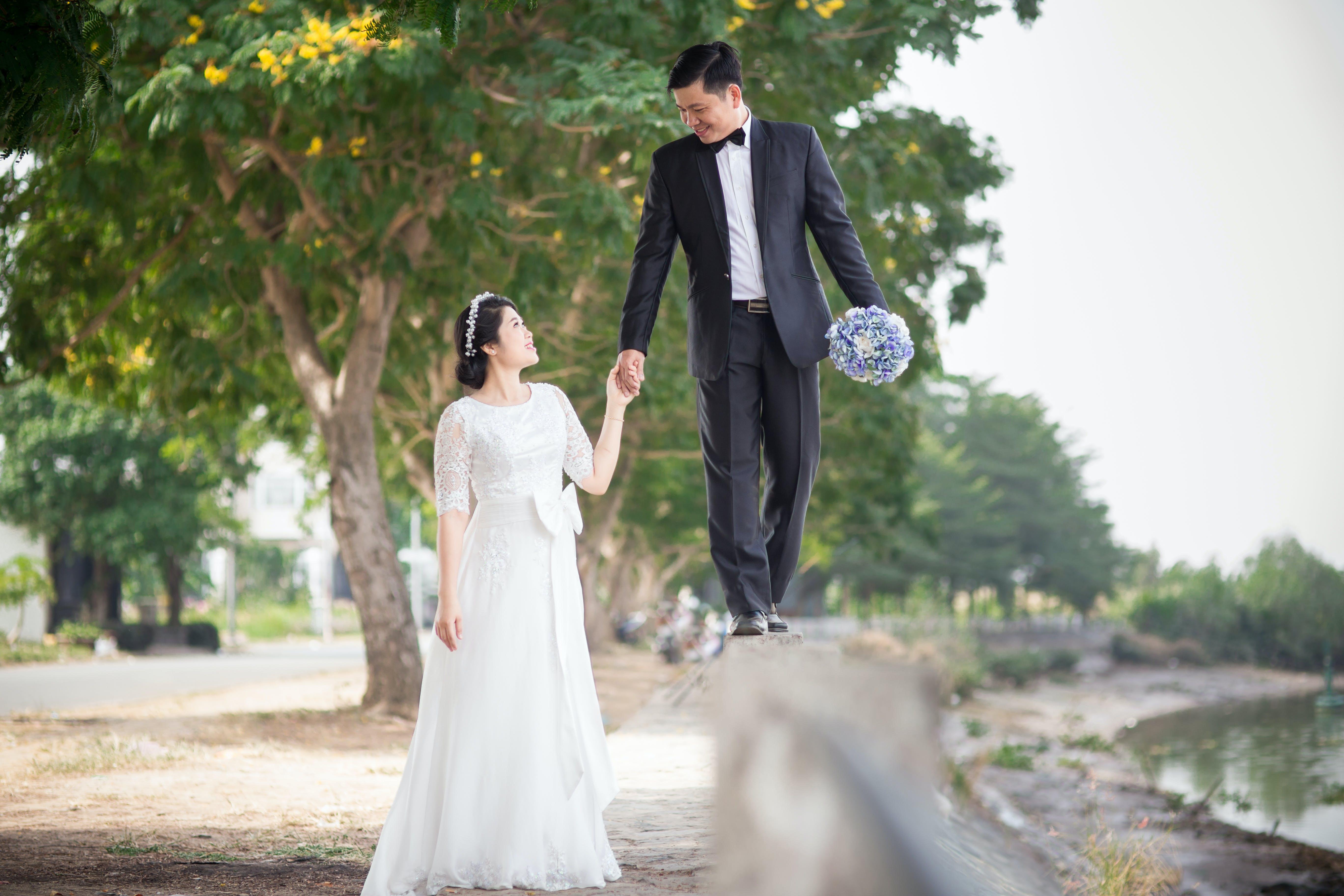 Kostenloses Stock Foto zu blumenstrauß, braut, braut und bräutigam, bräutigam
