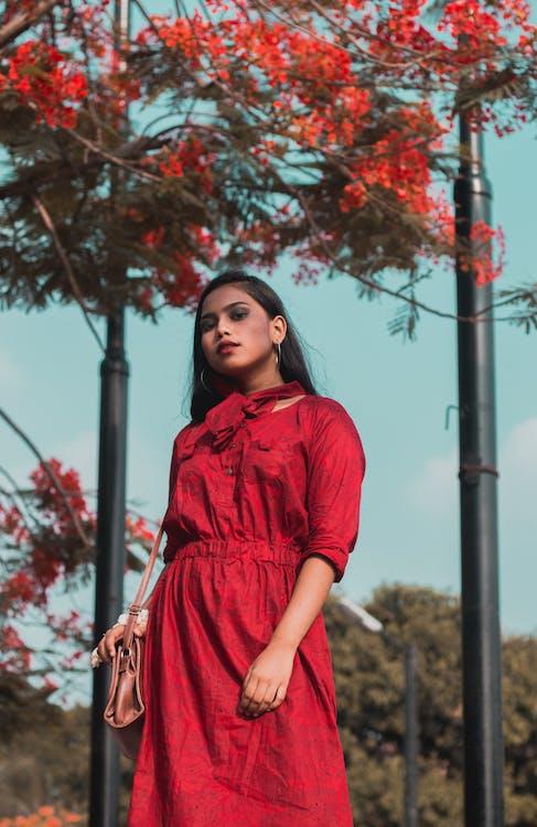 červené šaty, denní světlo, dívání