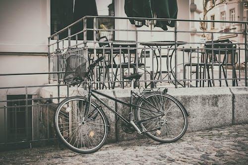 黑山自行车停在大楼附近