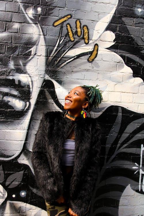 Fotobanka sbezplatnými fotkami na tému Afričanka, Afroameričanka, fotenie, graffiti