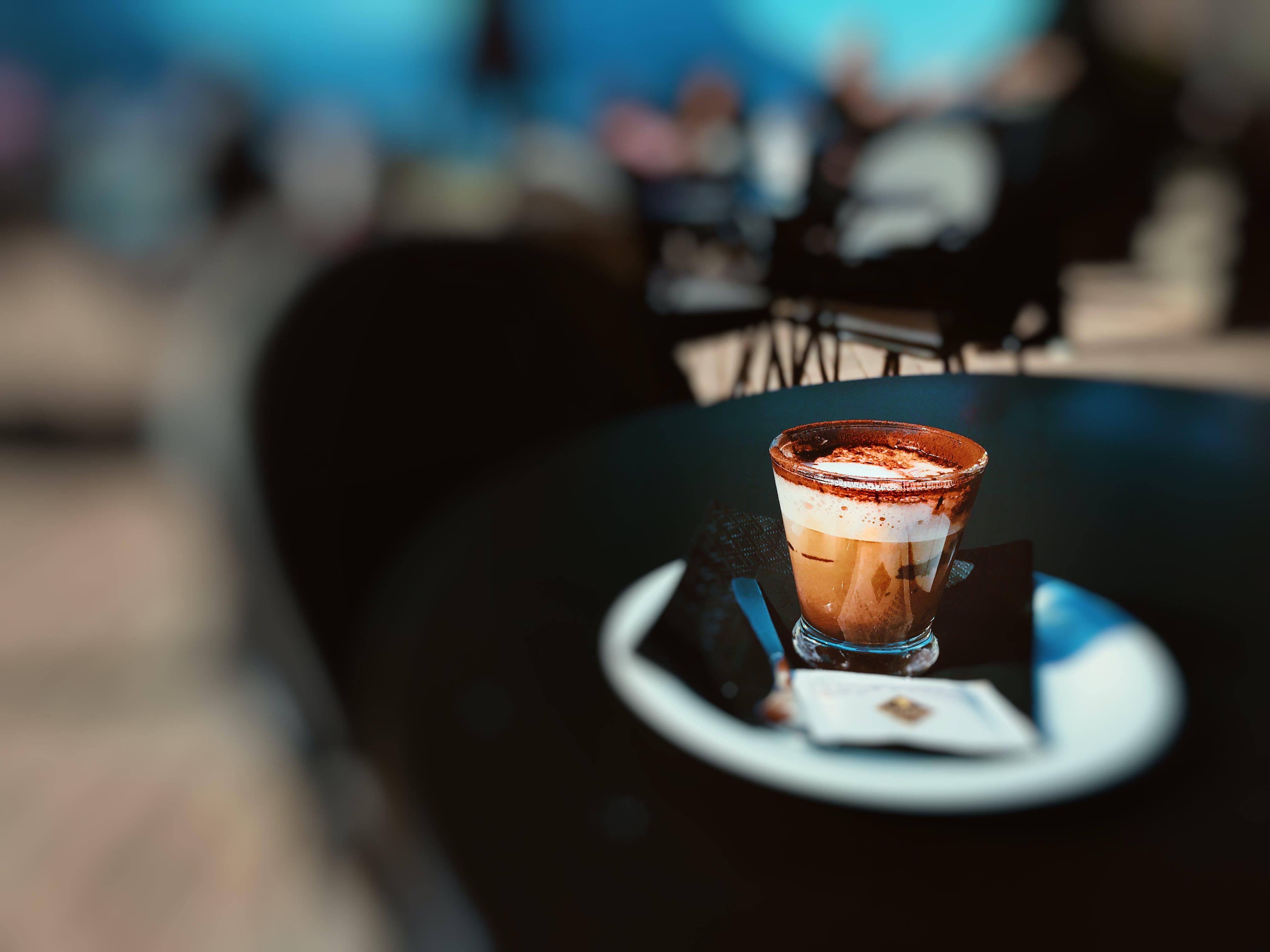 Darmowe zdjęcie z galerii z brązowy, ceramiczny, cukier, drewniany stół