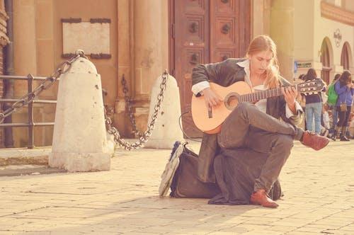 Бесплатное стоковое фото с Взрослый, гитара, гитарист, город
