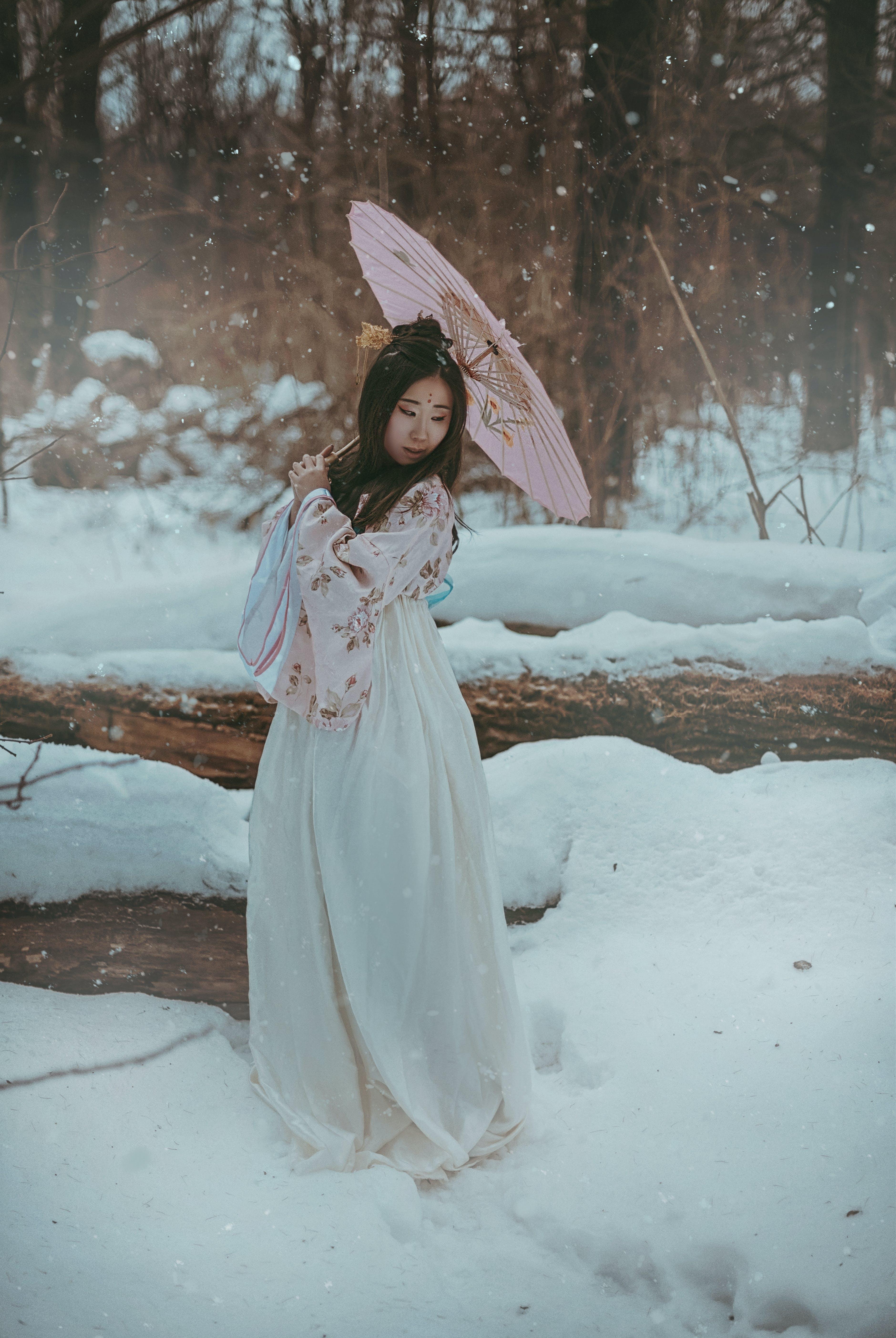 açık hava, ağaçlar, Asyalı kadın, Beyaz elbise içeren Ücretsiz stok fotoğraf