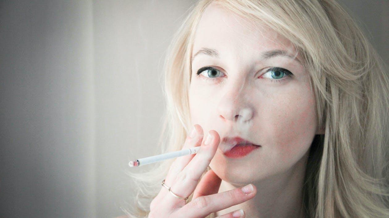 γυναίκα κάπνισμα, ξανθός