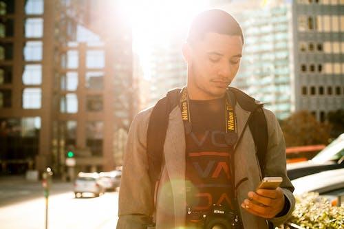 Fotobanka sbezplatnými fotkami na tému Afroameričan, dospelý, iPhone, ľahký