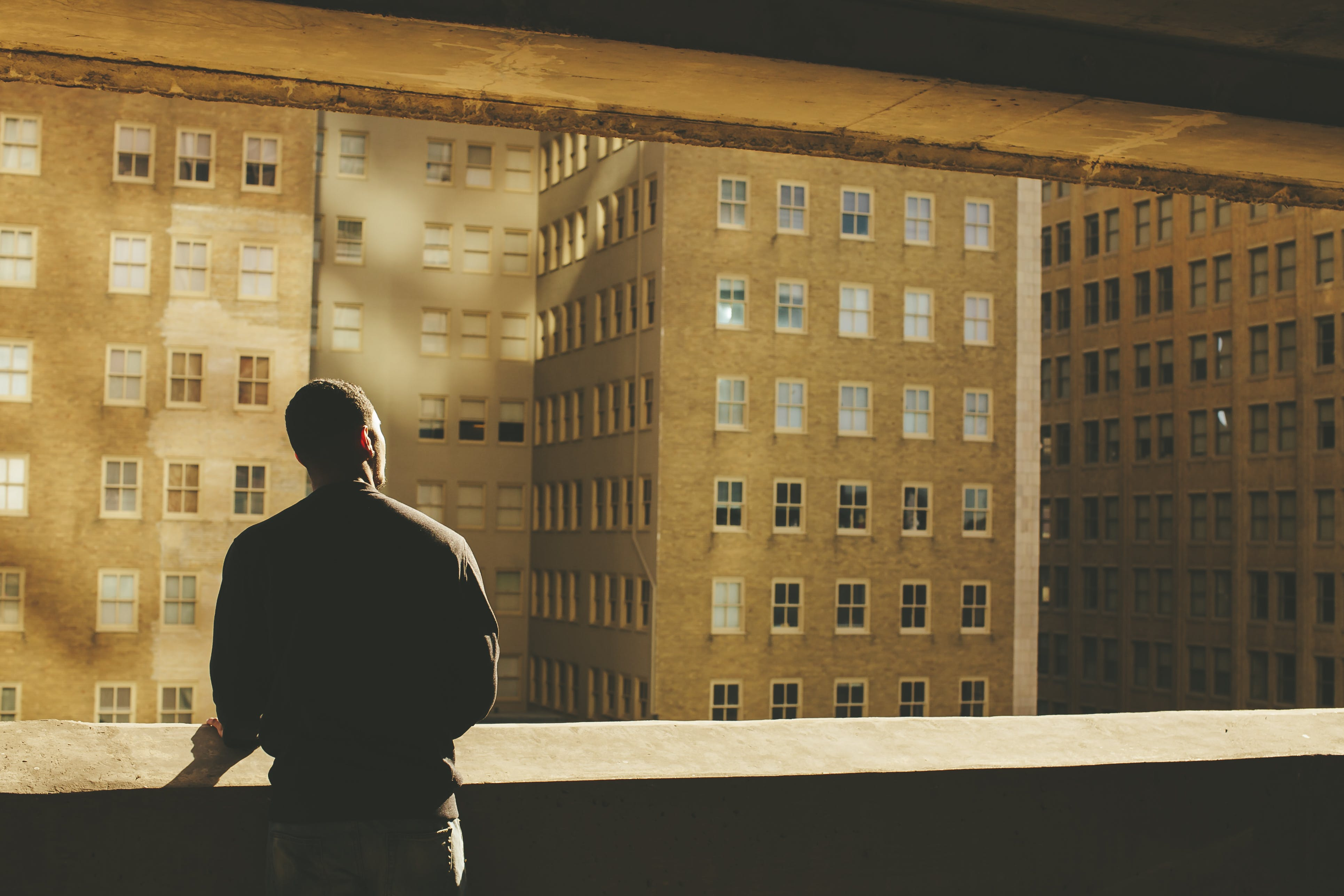Kostenloses Stock Foto zu architektur, balkon, business, denken