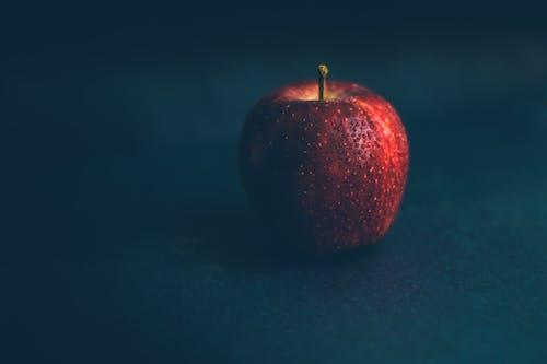 Foto d'estoc gratuïta de Apple, color, fons negre, fosc