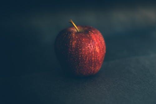 Darmowe zdjęcie z galerii z apple, czarne tło, czerwone jabłko, fotografia kulinarna