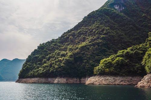 Δωρεάν στοκ φωτογραφιών με ακτή, ακτή απότομων βράχων, βουνό, γραφικός