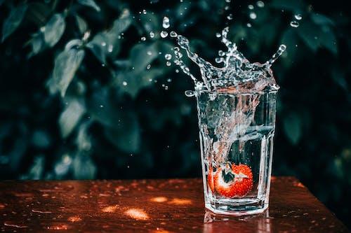 과일, 딸기, 목조 테이블 상판, 물의 무료 스톡 사진
