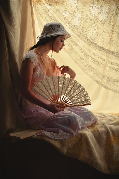 Darmowe zdjęcie z galerii z dziewczyna, elegancki, fan, kobieta