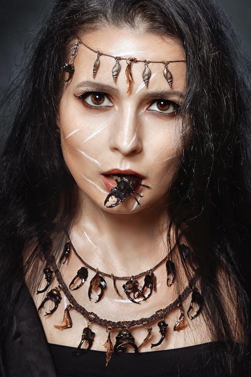 Darmowe zdjęcie z galerii z chrząszcz, gryzienie, kobieta, kostium