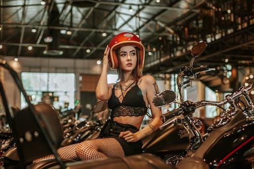 Foto d'estoc gratuïta de casc de moto, dona, model, motocicletes