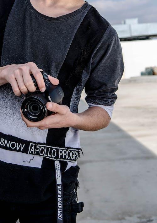カジュアルウェアー, カメラ, デジタル一眼レフカメラ, ホールディングの無料の写真素材