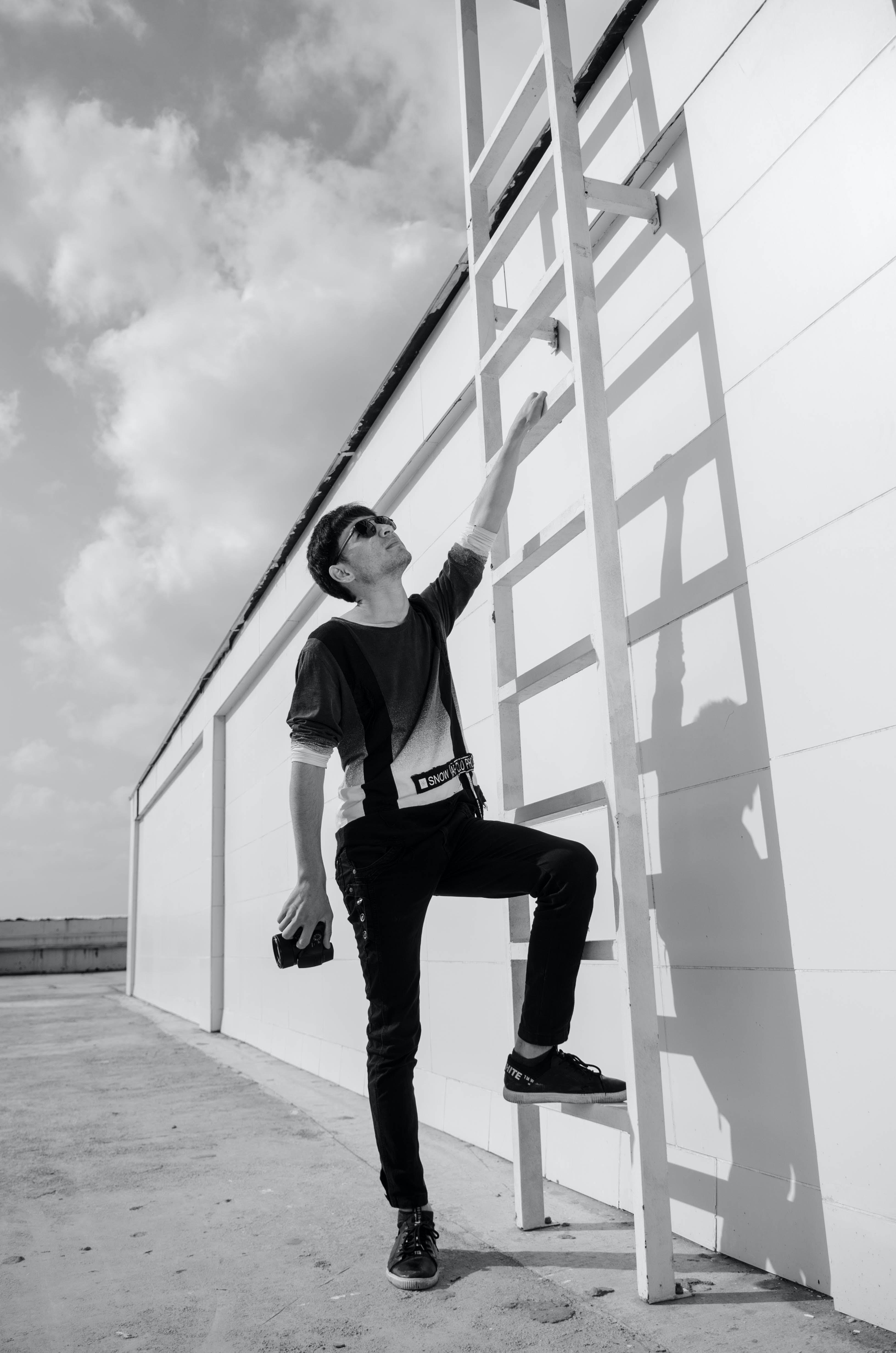 Безкоштовне стокове фото на тему «відтінки сірого, Денне світло, драбина, камера»