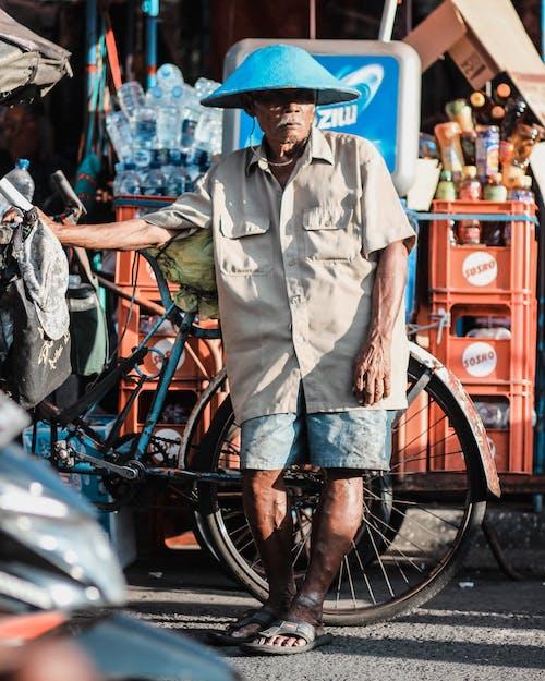Homme Portant Une Chemise De Ville Marron En Plus De Vélo Bleu