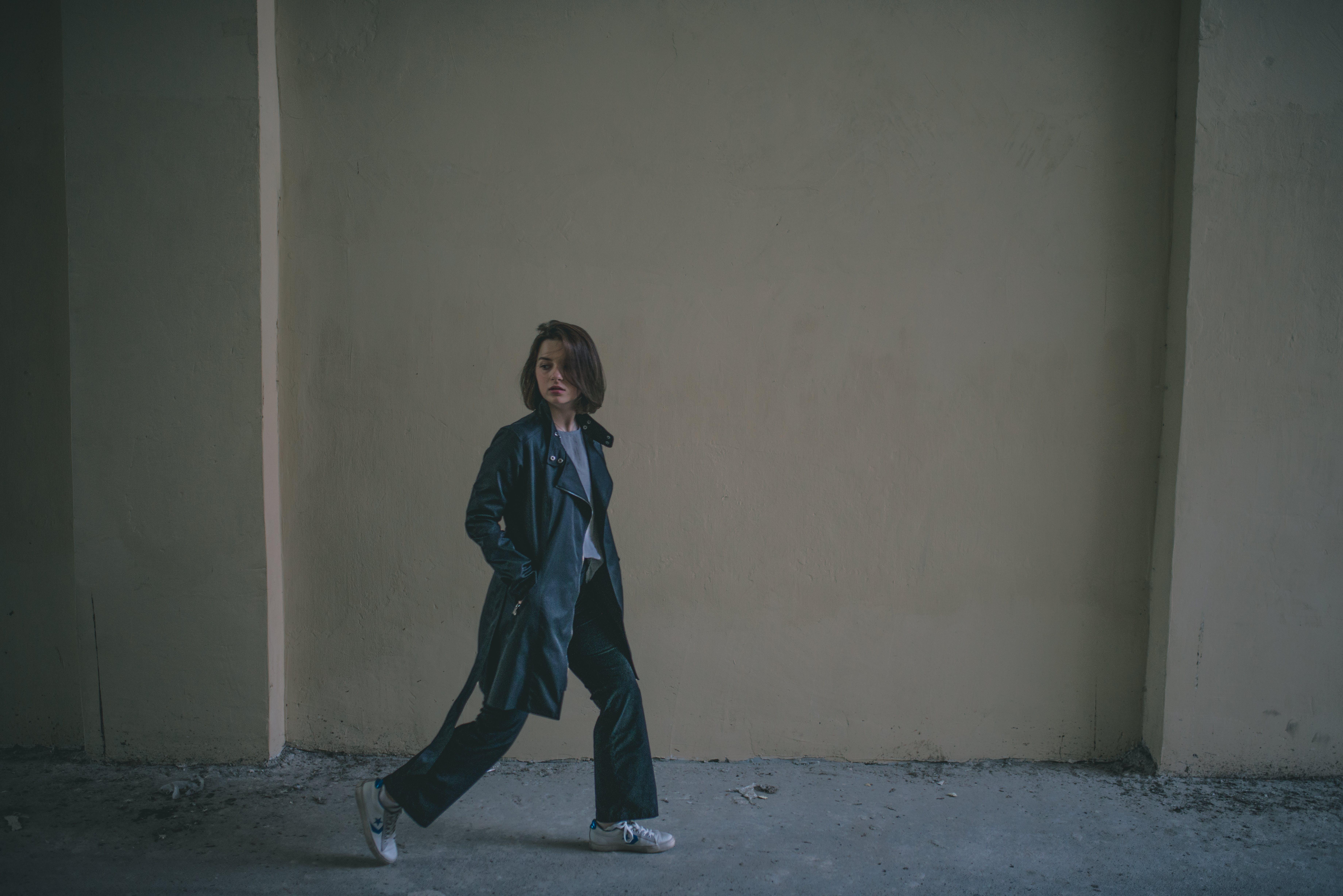 Základová fotografie zdarma na téma černé kalhoty, chůze, denní světlo, dospělý