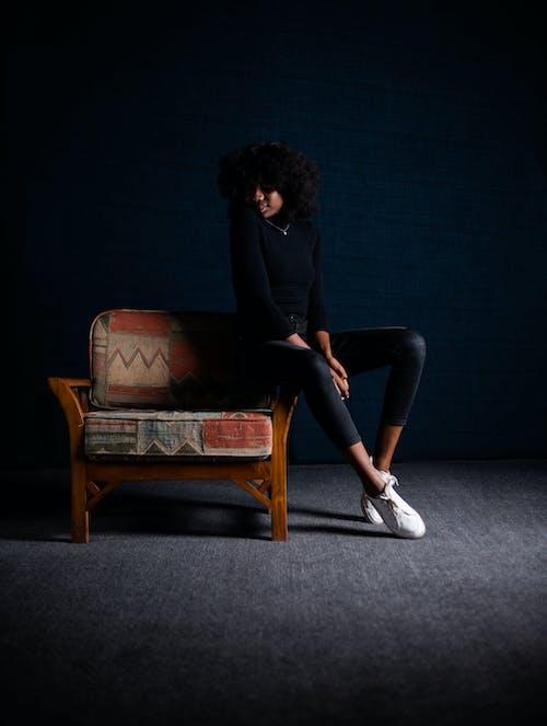 Δωρεάν στοκ φωτογραφιών με αφροαμερικάνα γυναίκα, γυναίκα, δωμάτιο, έδρα