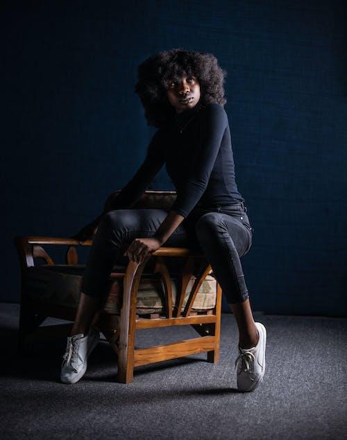 Kostenloses Stock Foto zu afro-haar, erwachsener, farbige frau, fashion