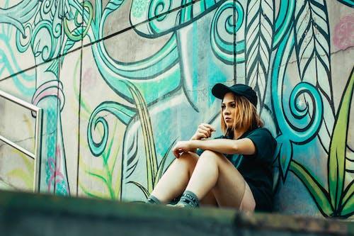 休閒, 噴漆, 坐下, 塗鴉 的 免费素材照片