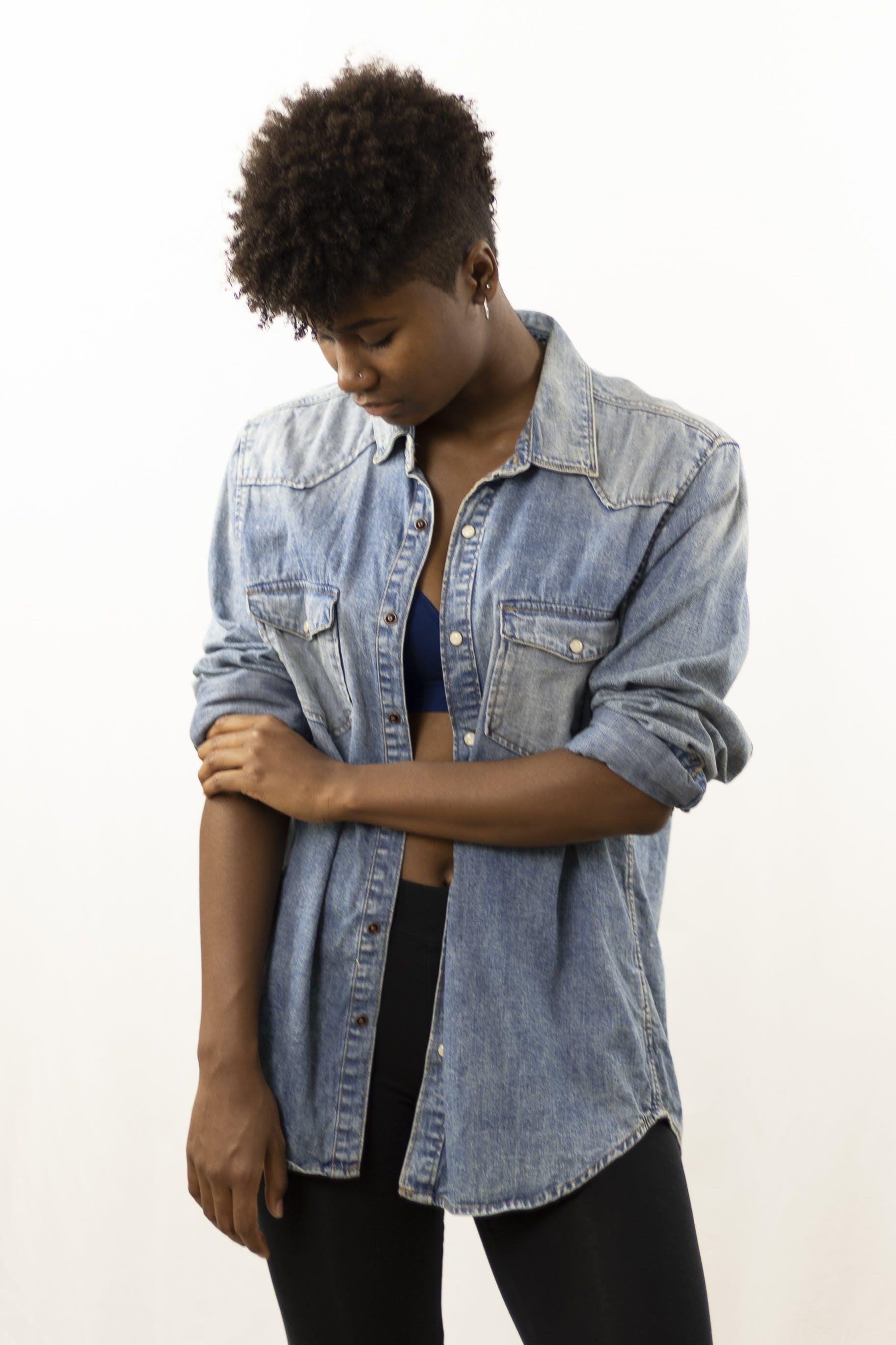 Afrikalı kadın, afrikalı-amerikalı kadın, aşağı bakmak, ayakta içeren Ücretsiz stok fotoğraf