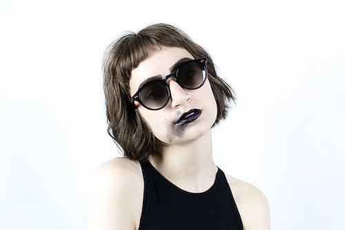 Δωρεάν στοκ φωτογραφιών με γυαλιά ηλίου, γυναίκα, κοντά μαλλιά, λειτουργία πορτρέτου
